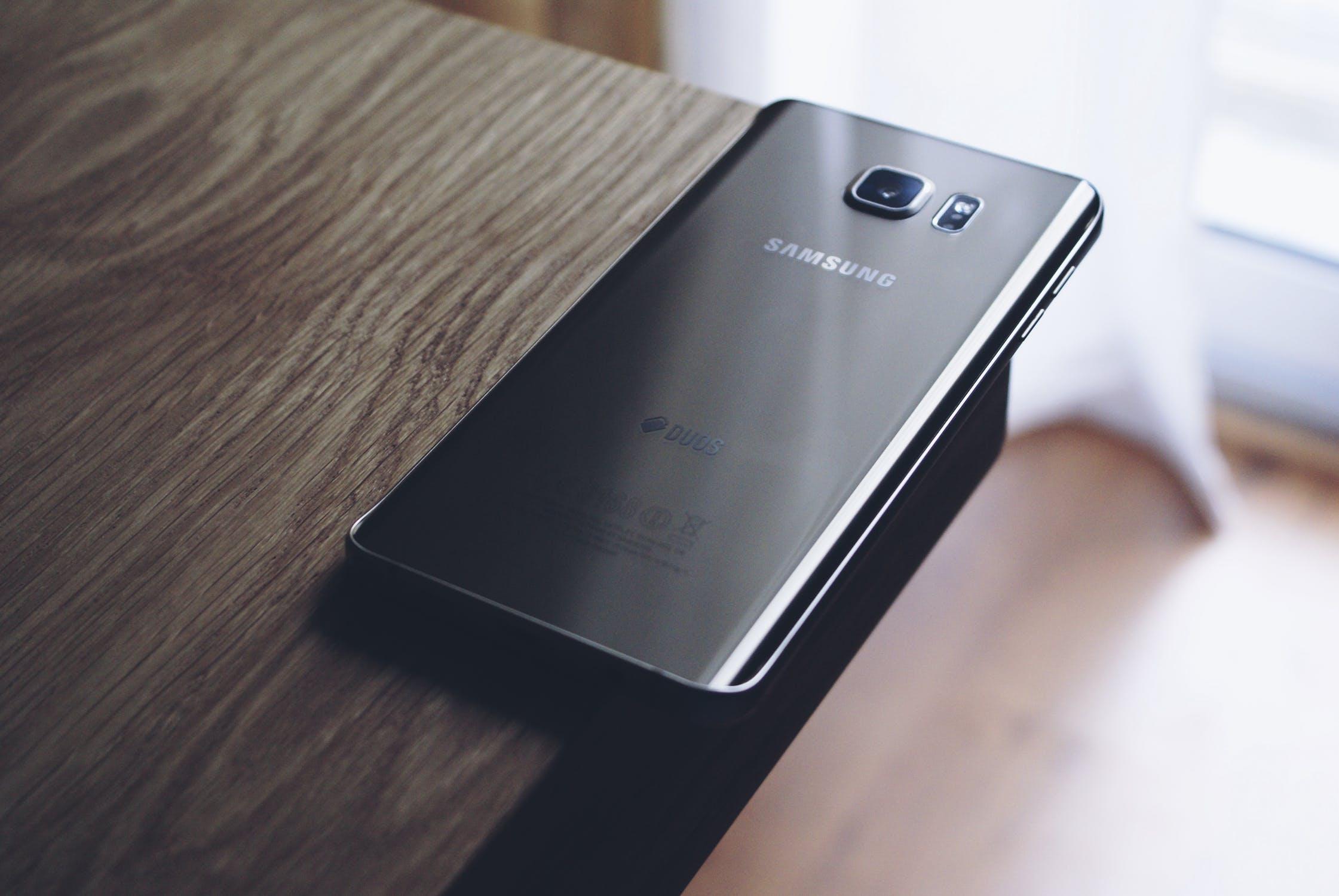 telefon Samsung pe masa